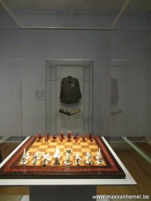 Rijksmuseum - Auschwitz-gevangenisjas met op voorgrond Nasi-schaakspel